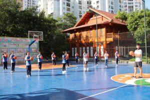 Giờ học tại sân bóng rổ hoa hướng dương